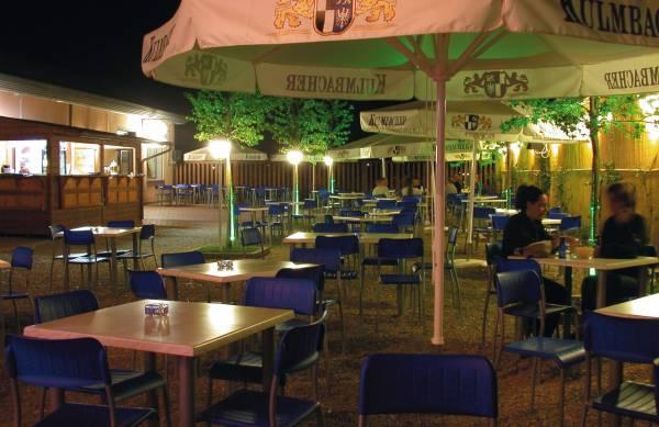 foto notturna esterno pub