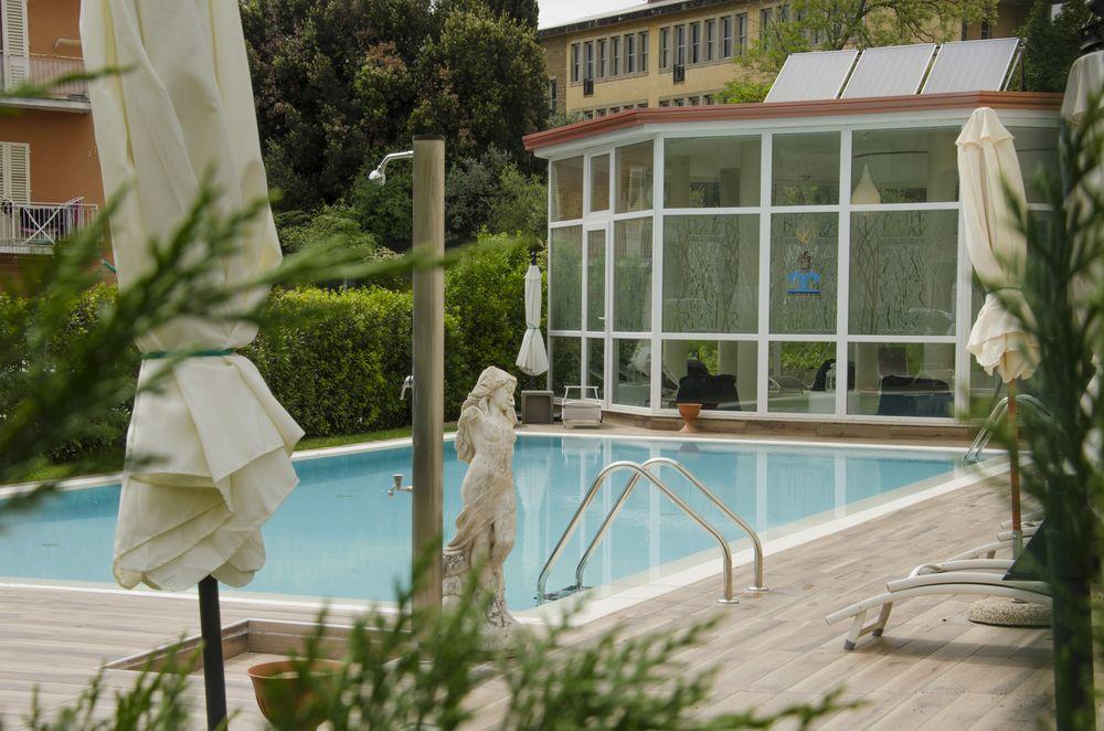 foto di piscina esterna di un centro termale