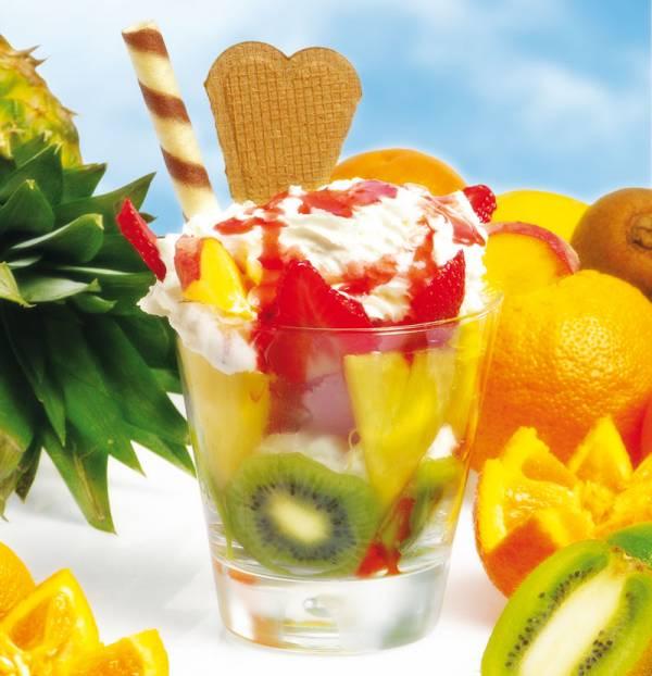 foto di coppa gelato e frutta