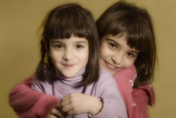 ritratto di sorelle realizzato in studio in contemporanea ad un lavoro per un azienda di accessori per bambini